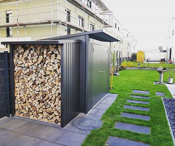 Brennholzlager WoodStock 150 dunkelgrau-metallic an ein AvantGarde angebaut
