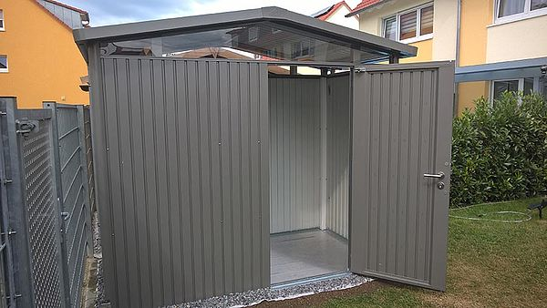 Biohort Gartenhaus Gerätehaus Panorama aus Metall geöffnet