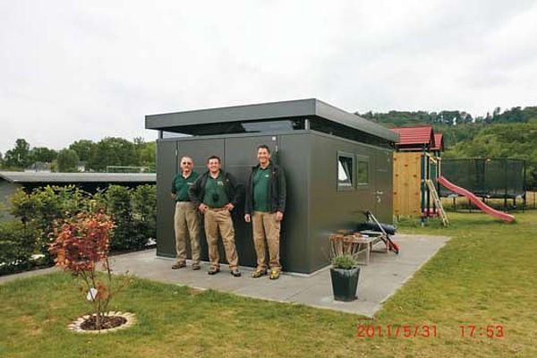 Biohort Design Gartenhaus CasaNova dunkelgrau Kundenfoto mit Fenster