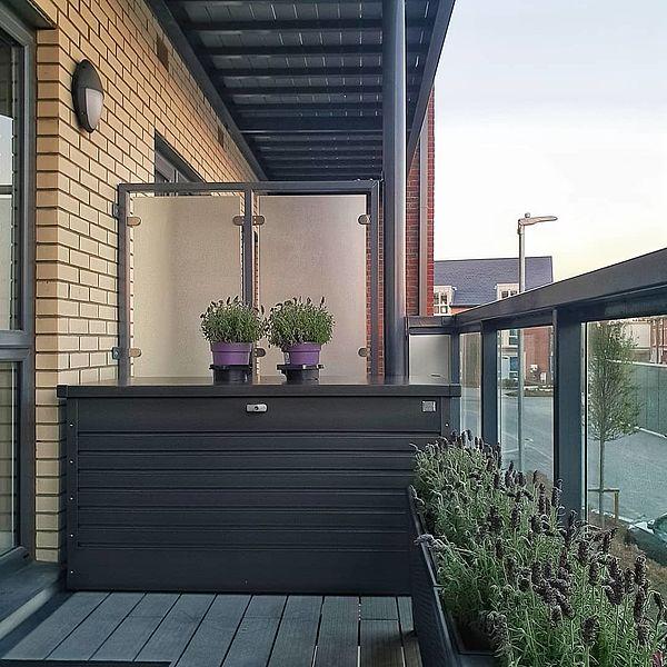 FreizeitBox 160 dunkelgrau-metallic am Balkon