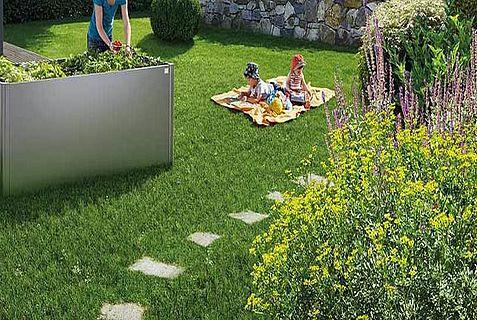Hochbeet 2x1 quarzgrau-metallic Imagebild Garten mit Kindern